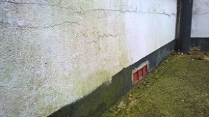 Penetrating damp specialist finds the cause of moisture on the internal wall due to the cement render touching the floor